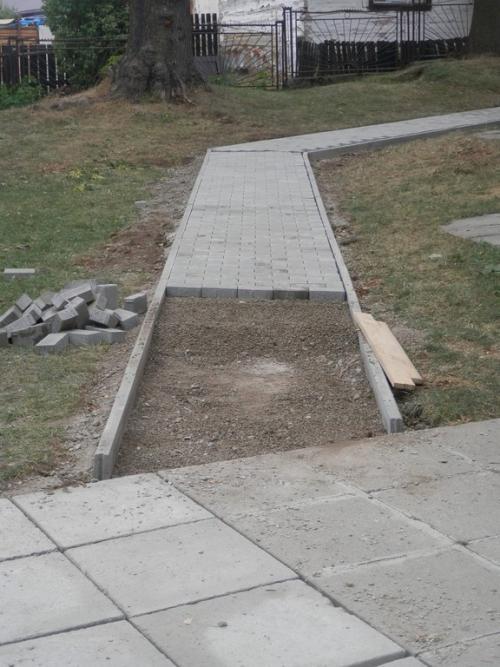 Výstavba chodníkov okolo kostola